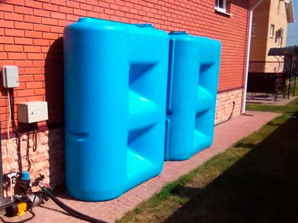 Пластиковая емкость для полива